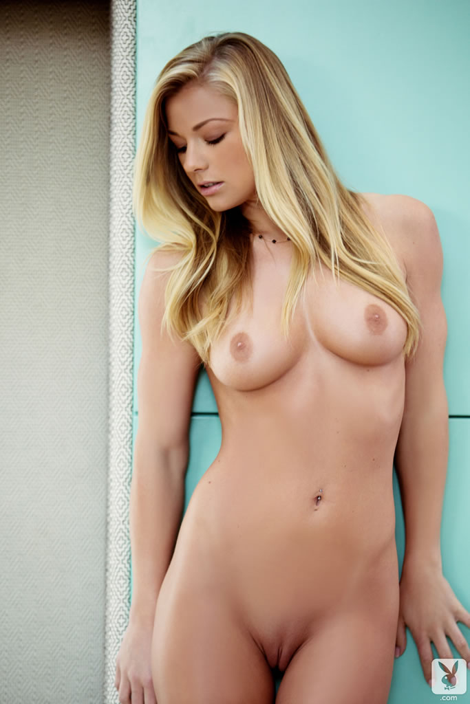 Nikki Leigh posando desnuda en lencería nikki leigh keep it tight 14